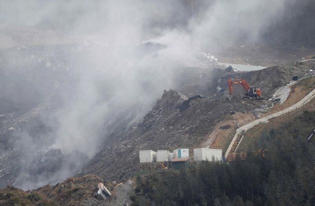 Máquinas trabajando este sábado para apagar los incendios entre los residuos delvertederode Zaldibar...
