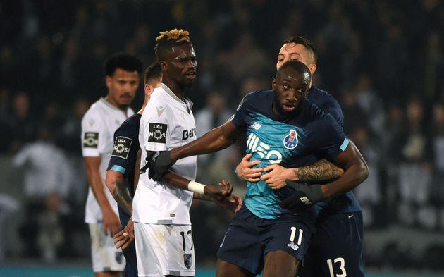 Moussa Marega tente de quitter le terrain en entendant des cris racistes le 16 février