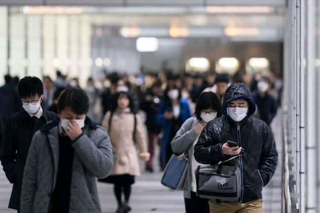 マスクを付けて歩く人々のイメージ