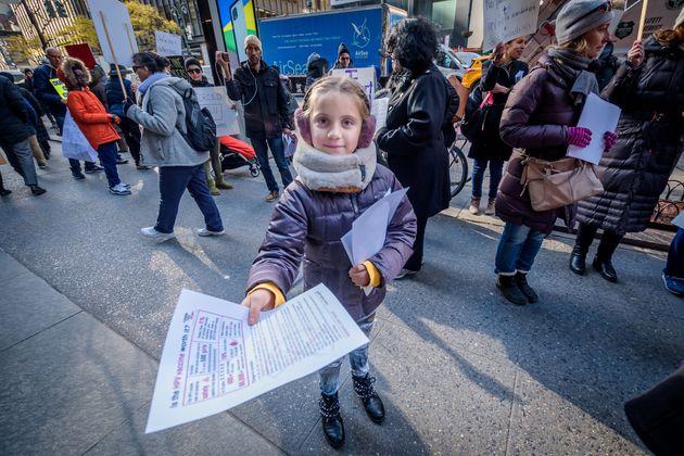 反ワクチン運動に参加し、チラシを配る子どもたち(2019年12月5日=ニューヨーク)