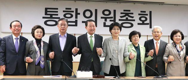중도개혁 신당 통합을 추진하는 바른미래당 일부 의원과 대안신당·민주평화당 의원들이 17일 오후 서울 여의도 국회 의원회관에서 열린 통합의원총회에서 손을 잡고 기념촬영을 하고