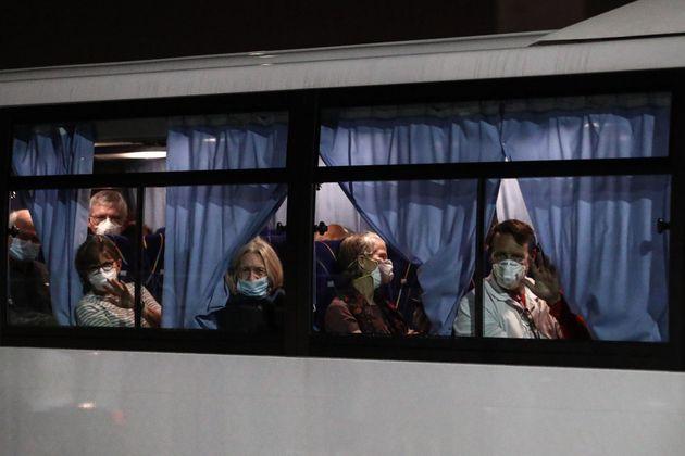 일본 요코하마항에 정박해 있는 크루즈선 '다이아몬드 프린세스'를 떠나는 미국인 탑승자들. 2020. 2.