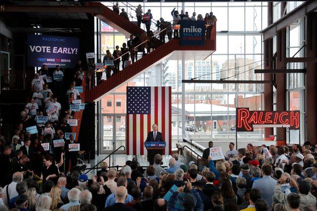 미국 민주당 대선후보 경선주자 마이클 블룸버그 전 뉴욕시장이 유세를 벌이고 있다. 롤리, 노스캐롤라이나. 2020년