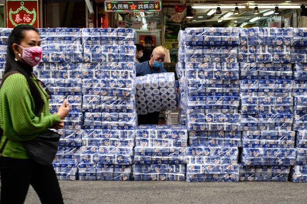 Έλλειψη λόγω κορονοϊού: Ληστές άρπαξαν εκατοντάδες ρολά χαρτιού υγείας στο Χονγκ