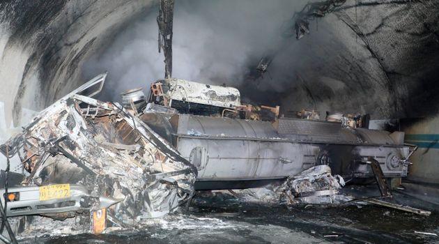 17일 낮 12시 30분께 순천~완주 고속도로 상행선 사매2터널에서 빙판길 사고로 추정되는 다중 추돌사고가 발생한 했다. 사진은 터널안 사고 차량의