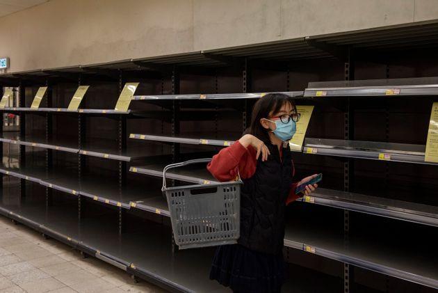 Les habitants font des réserves de nombreux produits, allant du riz au papier toilette. Les supermarchés...