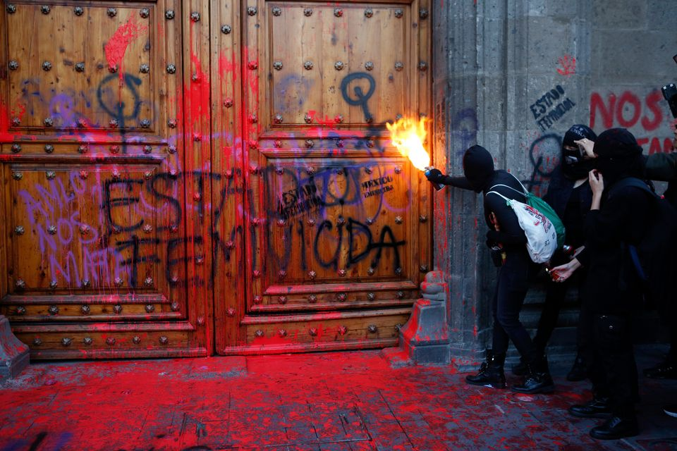 Manifestante dispara fogo na entrada do Palácio Nacional, na Cidade do México, após...
