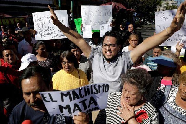 Varias personas protestan frente al colegio de Fátima