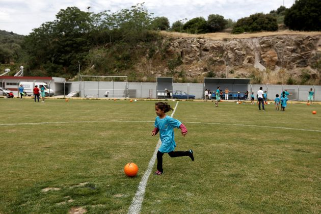 Menina joga futebol na ilha de Lesbos, na