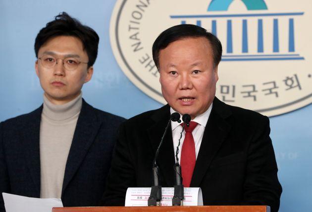 김재원 미래통합당 2020 희망공약 개발단 총괄단장이 17일 오후 서울 여의도 국회 정론관에서 기자회견을 갖고 '국방 공약'을 발표하고