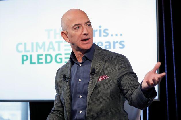 (자료사진) 아마존 CEO 제프 베조스가 회사의 기후변화 대응 목표가 담긴 '기후 서약'을 발표하는 기자회견을 열고 있다. 2019년