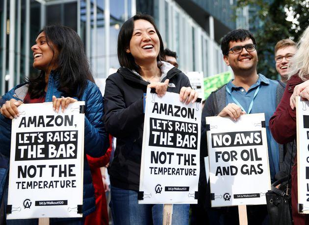 (자료사진) '기후파업'에 참여한 아마존 직원들이 회사 측의 기후변화 대응을 촉구하는 문구가 적힌 팻말을 들고있다. 시애틀, 워싱턴주. 2019년