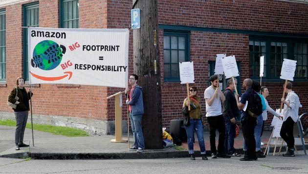 (자료사진) 연례 주주총회장 앞에서 아마존 직원들이 회사 측의 기후변화 대응을 촉구하는 시위를 벌이고 있다. 시애틀, 워싱턴주. 2019년