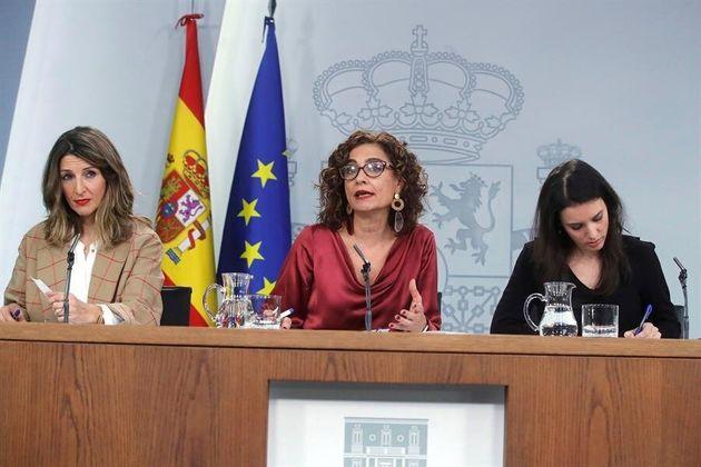 Las ministras de Trabajo, Yolanda Díaz; Hacienda, María Jesús Montero e Igualdad, Irene Montero (i a