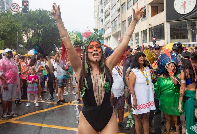 Alessandra Negrini, a rainha do bloco Acadêmicos do Baixo Augusta, no pré-Carnaval em São