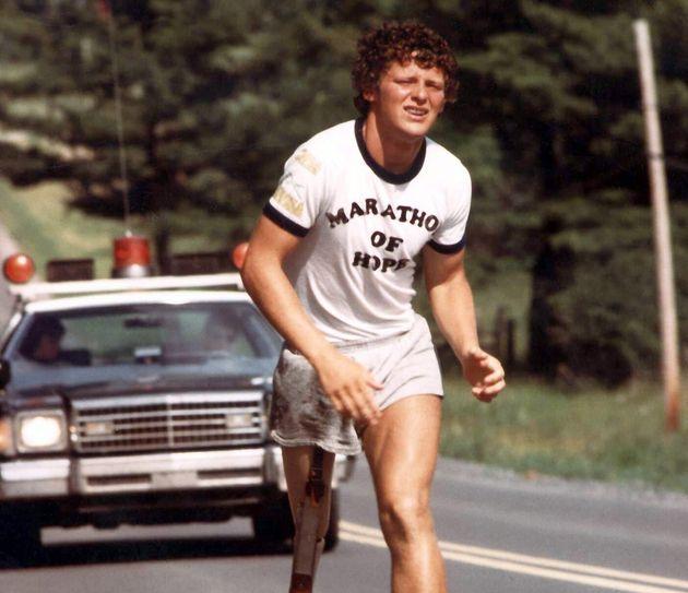 Le coureur Terry Fox pendant son Marathon de l'espoir, dans une photo d'archives de