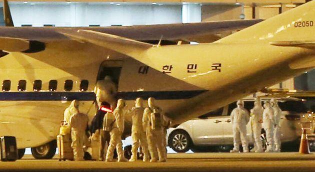 일본 요코하마항에 정박 중인 크루즈선 다이아몬드 프린세스호에 타고 있던 한국인 6명과 일본인 배우자 1명을 태운 공군 3호기가 19일 오전 서울 강서구 김포국제공항에