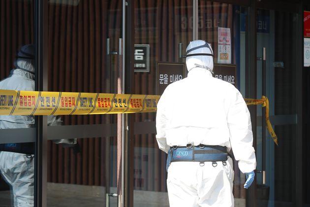 질병관리본부 중앙방역대책본부는 18일 오전 해외 여행력이 없는 한국인 61세 여성이 신종 코로나바이러스 감염증(코로나19) 국내 31번째 환자로 확인됐다고 밝혔다. 확진자가 다녀간...