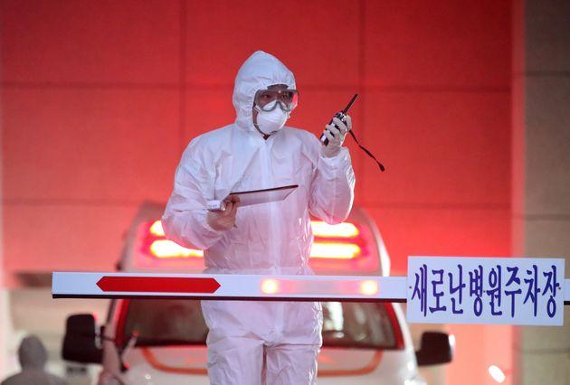 18일 신종 코로나바이러스 감염증(코로나19) 국내 31번째 확진자가 입원했던 것으로 알려진 대구 수성구 범어동 새로난한방병원에서 질병관리본부와 119구급대원들이 구급차를 이용해 해당...