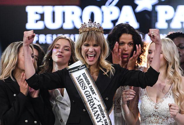 Leonie Charlotte von Hase comemora o título; outras 16 candidatas participaram do concurso de...