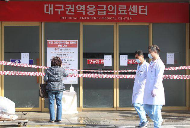 대구·경북에서 신종 코로나바이러스 감염증(코로나19) 확진자가 13명 추가로 발생한 가운데 19일 오전 대구 중구 경북대학교병원 응급실이 폐쇄됐다.