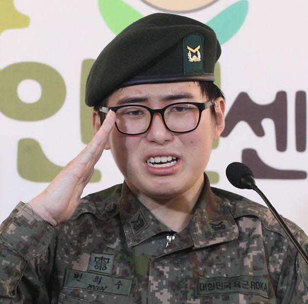 법적 성별 정정한 변희수 전 육군 하사가 공식적으로 육군 복직을