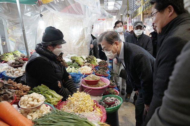 문재인 대통령이 9일 오후 충남 아산 온양온천 전통시장을 찾아 상인들에게 인사하고 있다. (사진은 기사 내용과 직접 관련