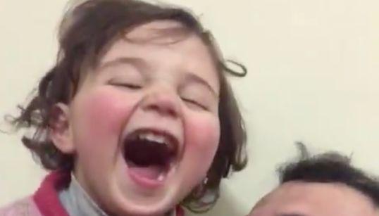 大笑い、それは悲しい現実だった。爆撃あったら笑うゲームで父が娘を守っていた。