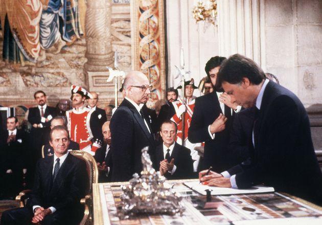 Felipe González y Fernando Morán, firmando la entrada de España en la CEE, en el...