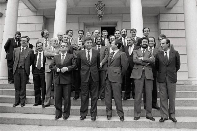 El Gobierno de González, con Fernando Morán, al frente, posando en La Moncloa tras lograr...