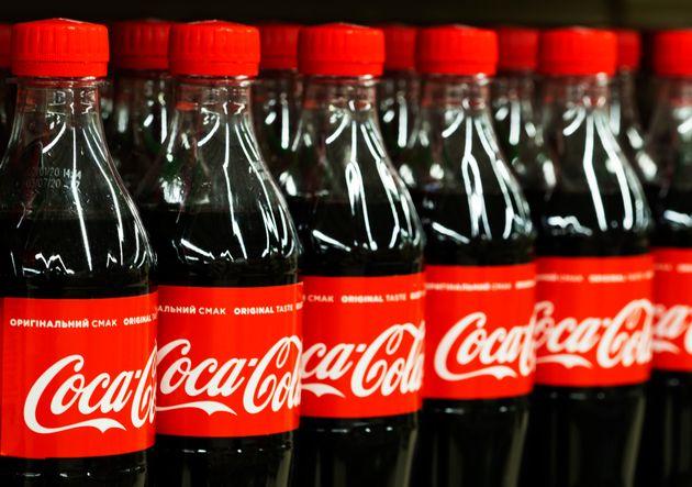 Possibili filamenti di vetro nelle bottiglie di Coca Cola: i