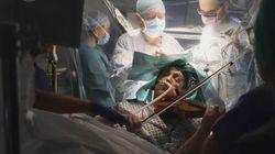 Cette femme aide les médecins en jouant du violon durant son opération du