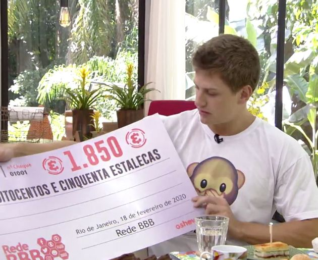 Lucas brinca ao mostrar cheque simbólico com as estalecas que acumulou no