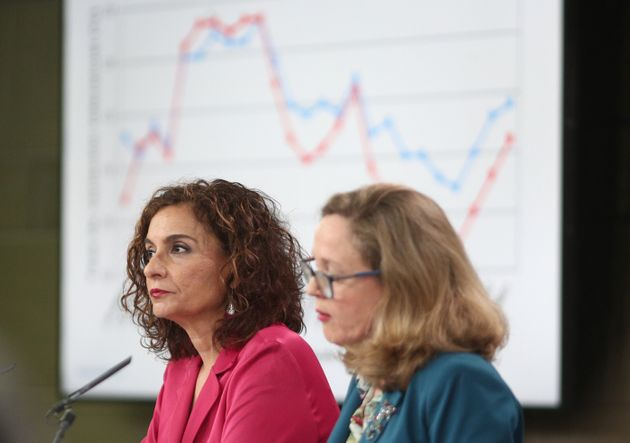 La ministra de Hacienda, María Jesús Montero (izq) y la ministra de Economía, Nadia