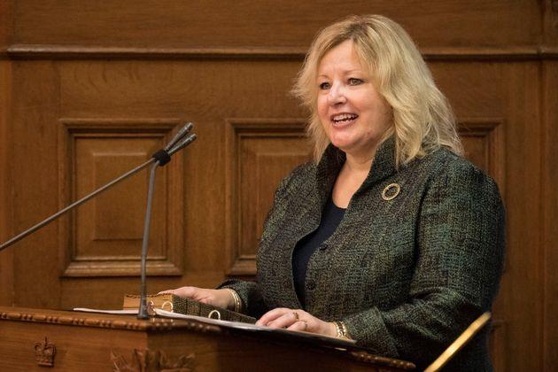 リサトンプソンは、トロントのクイーンズパークでオンタリオ州政府および消費者サービス大臣として宣誓されています...