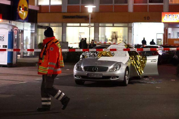 Une voiture touchée pendant l'une des fusillades à Hanau près de Francfort en Allemagne...