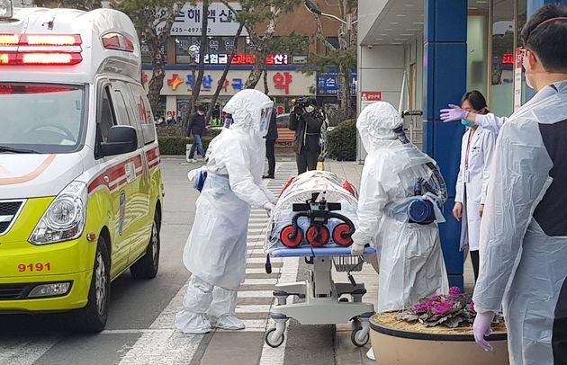 대구에서 코로나 19 확진 판정을 받은 환자들이 19일 격리 치료를 받기 위해 경북대학교 병원으로 이송되고