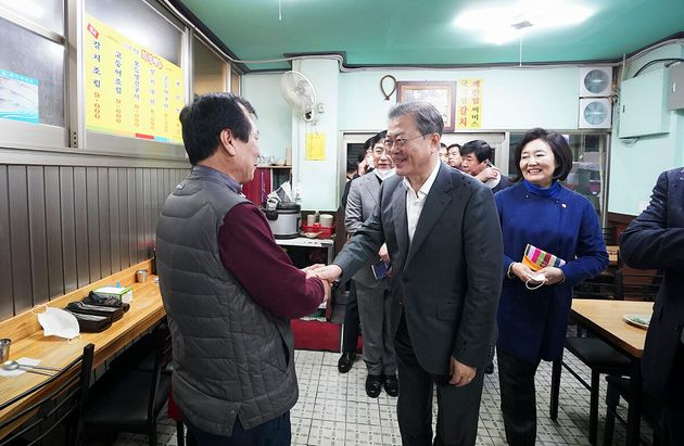남대문시장 상인 손 잡은 문재인 대통령 (사진은 기사 내용과 직접적인 관련
