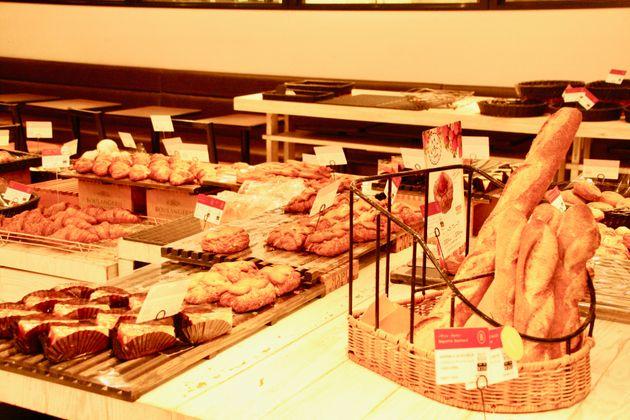 閉店後のとあるパン屋さん。たくさんの売れ残りが…。