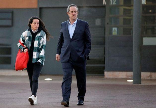 El exconseller de Interior Joaquim Forn, acompañado de su hija