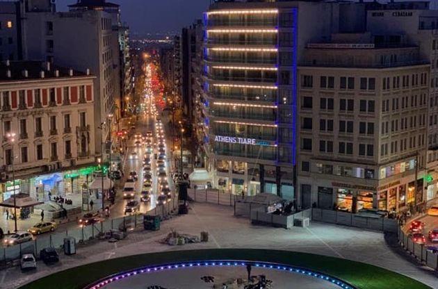 Εντυπωσιάζει η ανανεωμένη «νυχτερινή» πλατεία