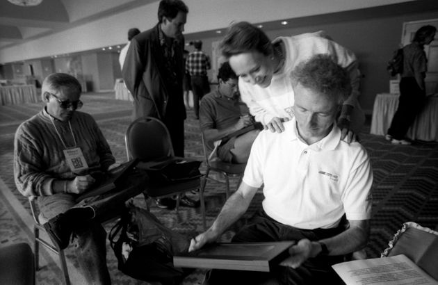 Esther Dyson, de EDventure Holdings, mira sobre el hombro de Larry Tesler, de Apple Computer, mientras...