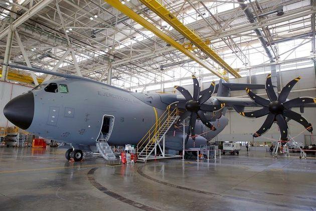 Foto de archivo de febrero de 2016 de la planta de ensamblaje del avión militar Airbus A400M en la factoría...