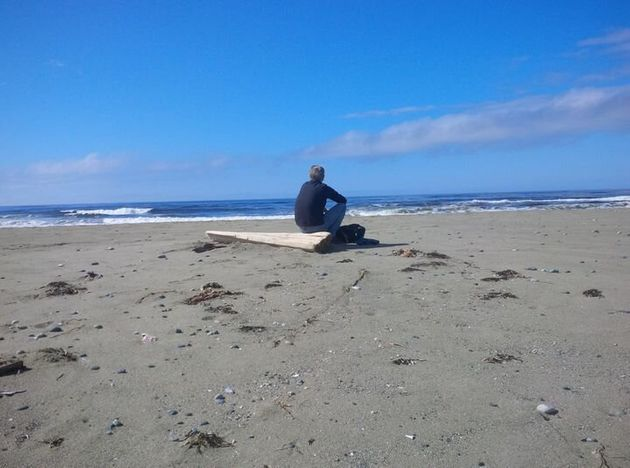 Barry Rueger regarde l'océan Pacifique sur l'île de Vancouver à Ucluelet, en