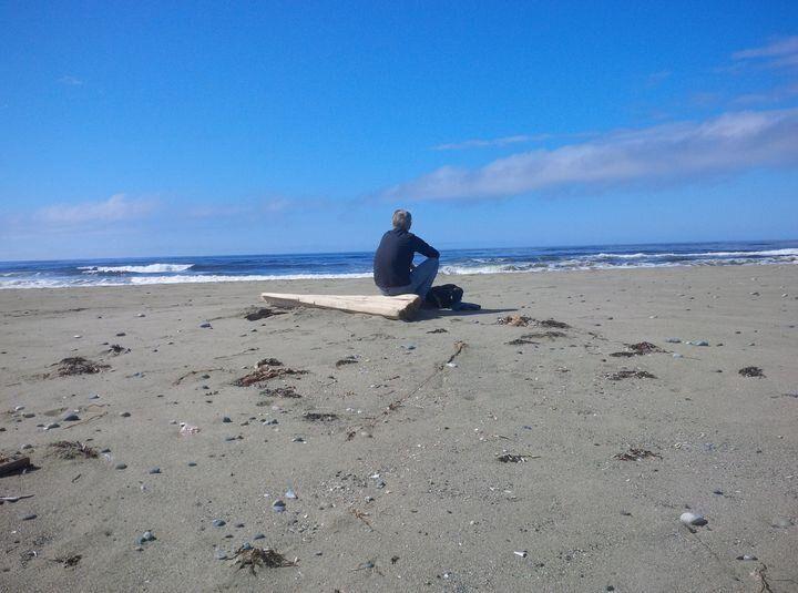 Barry Rueger regarde l'océan Pacifique sur l'île de Vancouver à Ucluelet, en Colombie-Britannique.