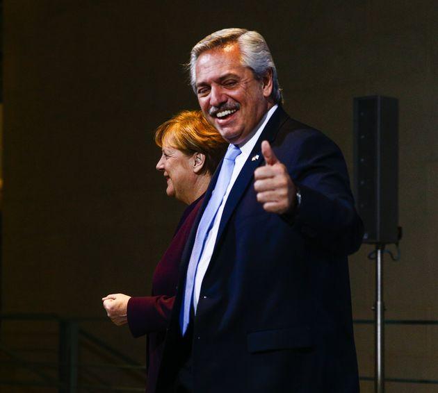 El presidente de Argentina, Alberto Fernández, con la canciller alemana, Angela