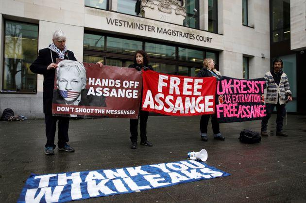 Une manifestation en soutien au fondateur de Wikileaks, Julian Assange, devant la Westminster Magistrates...