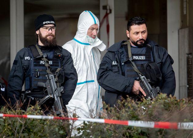 Des membres de la police enquêtent le 20 février 2020 après les fusillades à...
