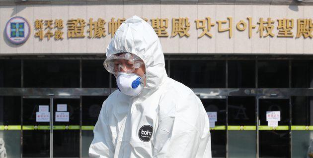 20일 오후 대전 신천지 교회에서 서구보건소 방역관계자들이 소독을 실시하고