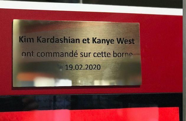 La plaque commémorative pour Kim Kardashian et Kayne West au KF de Strasbourg